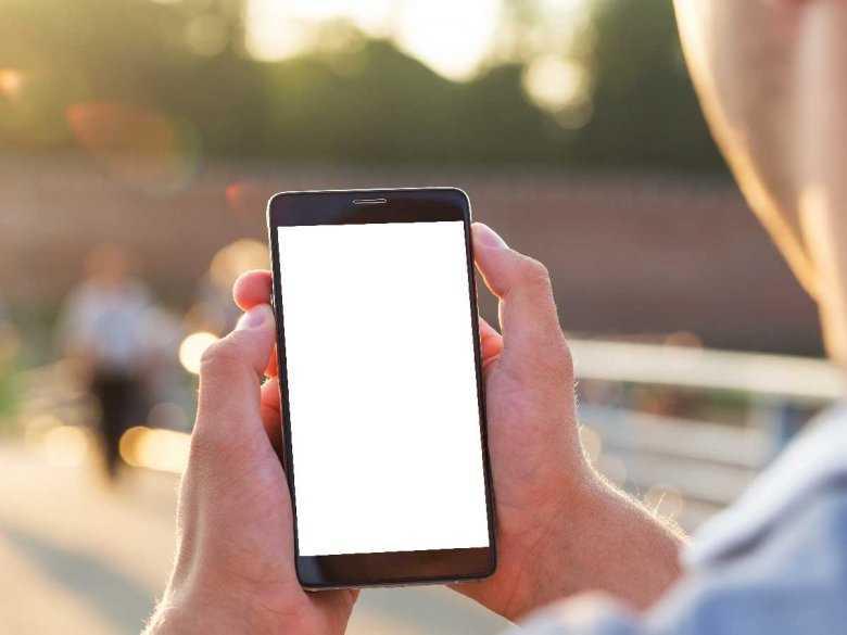 Małe dziecko kontra ekran telefonu – WHO ostrzega!