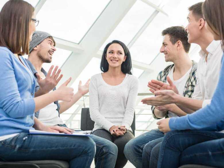 Terapia grupowa: jakie są jej założenia i komu można ją polecić?