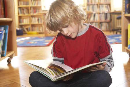 Nowe miejsce, nowi koledzy, książki i zeszyty zamiast zabawek, czyli jak przygotować dziecko do pójścia do szkoły