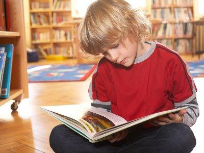 Dziecko unikające większych grup ludzi: nieśmiałość czy fobia społeczna?