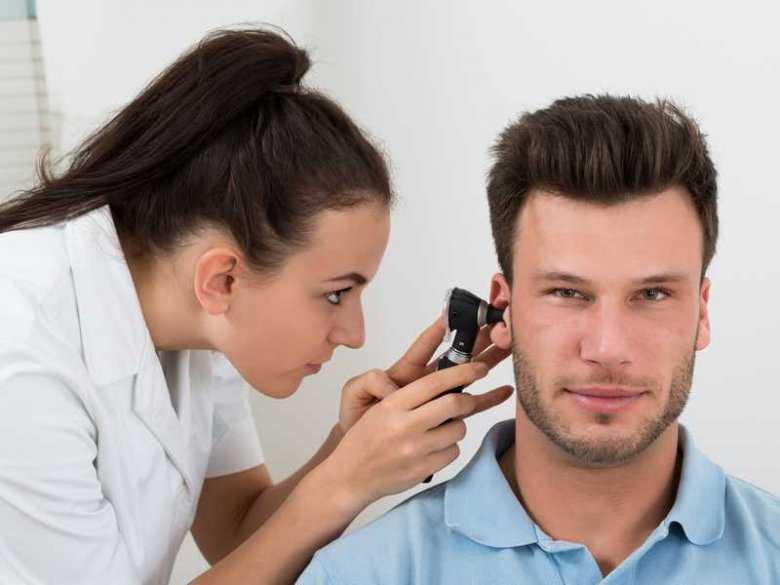 Wizyta u laryngologa, badanie ucha