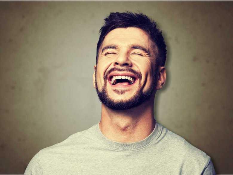 Śmiejący się mężczyzna