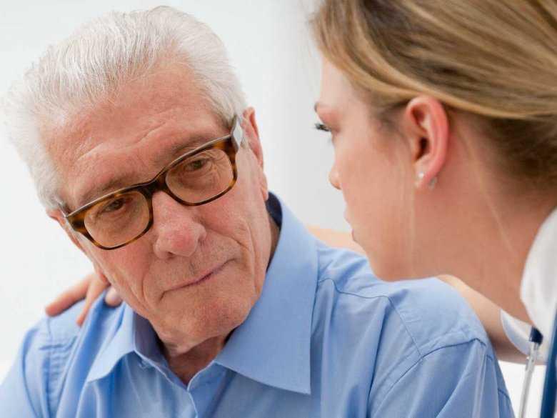 Rozmowa starszego mężczyzny z młodą kobietą