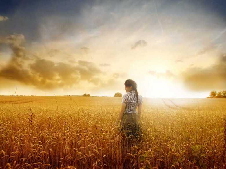 Kobieta w polu ze zbożem